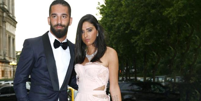 5,5 aylık hamile olan Arda Turan'ın eşi ilk kez bikinili görüntülendi