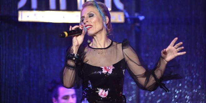 Ünlü şarkıcı Bodrum'da garsonluk yapmaya başladı