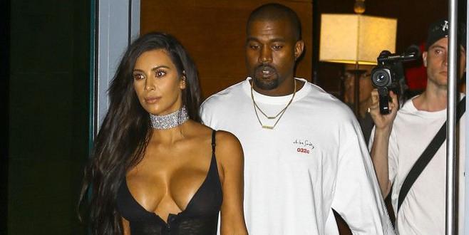 İç çamaşırsız Kardashian, flaş mağduru oldu