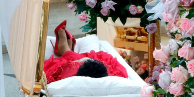 Şarkıcı, kırmızı ruj ve topuklu ayakkabılarıyla son yolculuğuna uğurlanıyor