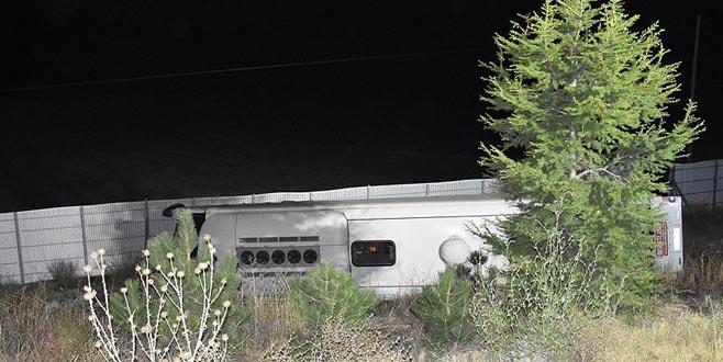 Yolcu otobüsü devrildi: 2 ölü, 32 yaralı