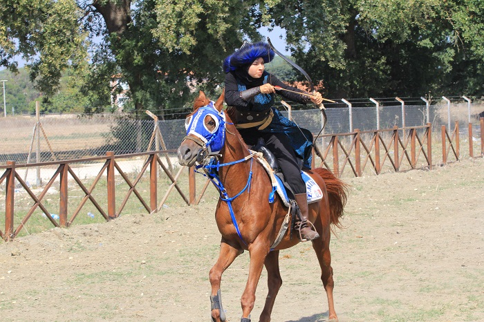 Atlı okçu Melike genç kızlara eğitmen oldu