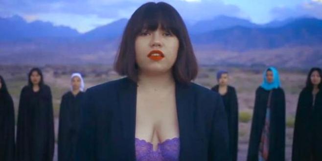 Sütyenli klip çeken ünlü şarkıcıya tepkiler büyüyor
