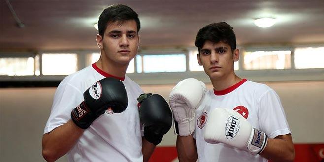 Liseli kick boksçulardan dünya ikinciliği