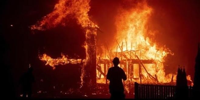 Ünlü oyuncu, yangında küle dönmüş evinin önünde selfie çekindi