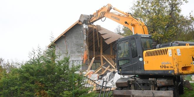 Uludağ yolundaki kaçak ev yıkıldı