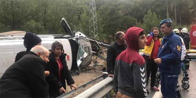 Minibüs devrildi: 1 ölü, 26 yaralı