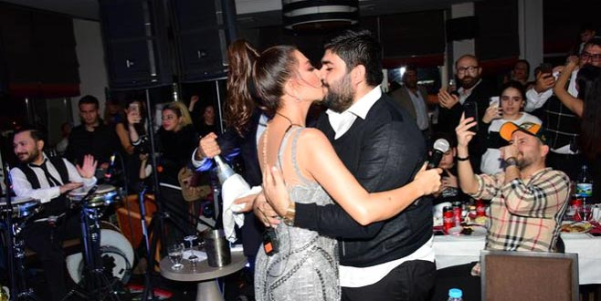 Bursa'da konser veren ünlü şarkıcı, konseri durdurup kocasıyla öpüştü