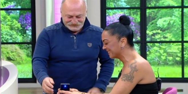 23 yaş küçük sevgilisine canlı yayında evlilik teklifi etti