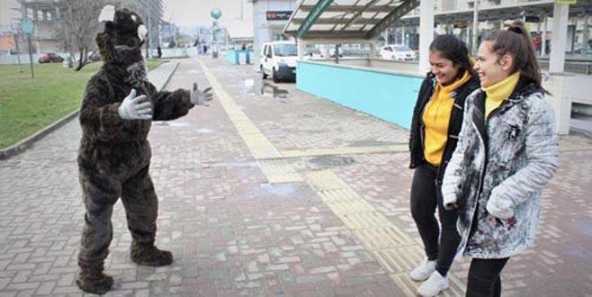 Bursa sokaklarında ayı dolaştı