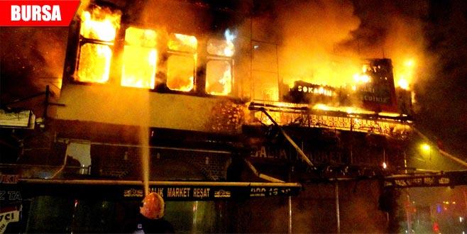 Gece yarısı korkutan yangın! Tarihi dükkan küle döndü…