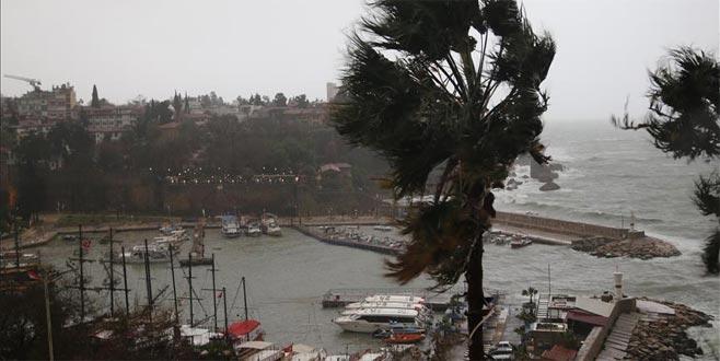 Antalya'da şiddetli yağış ve hortum nedeniyle zor anlar yaşanıyor