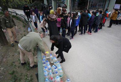 Farkındalık için bidonlarla su taşıdılar