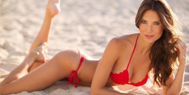 Ünlü model, kendi tasarladığı bikinileriyle görenleri büyüledi