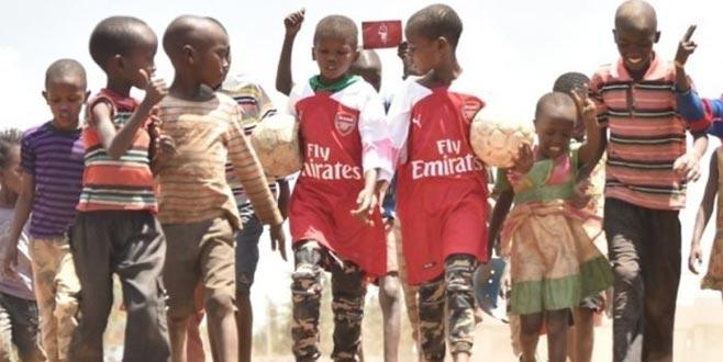 Mesut Özil'den Kenyalı çocuklara büyük jest!