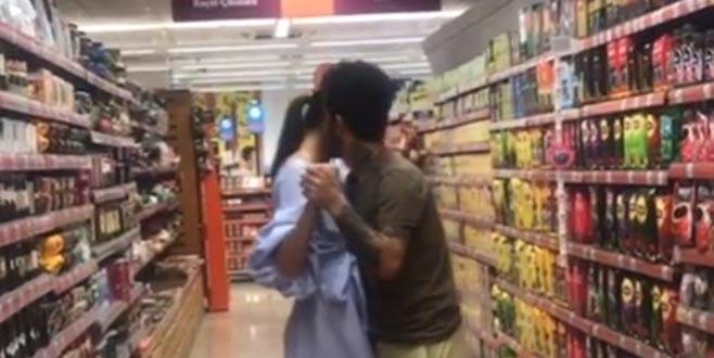 Alışverişe ara! Ünlü çift, markette sarmaş dolaş dans etti