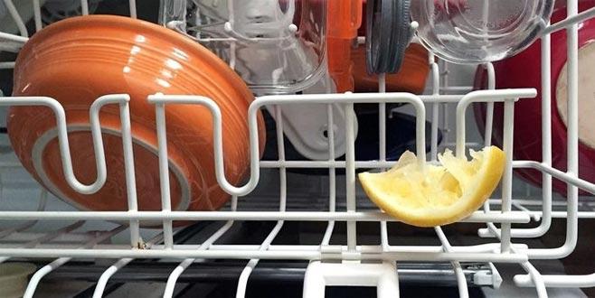 Bulaşık makinesine limon kabuğu koyduğunuzda bakın neler oluyor!