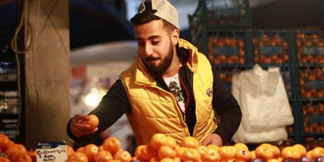 Bursalı mandalinacı rap söyledi, pazarda klip çekti!