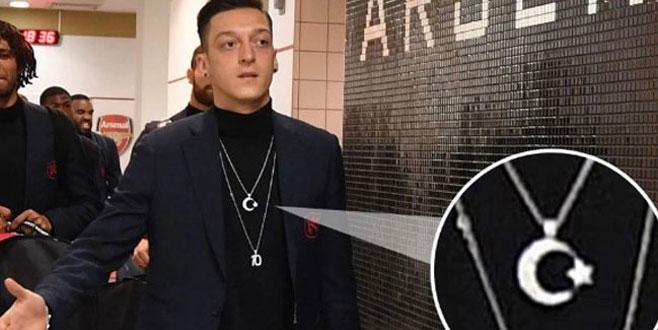 Mesut Özil'in kolyesi Almanları rahatsız etti