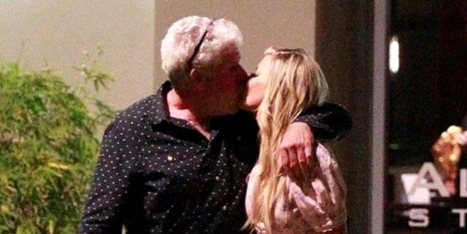 Evli olan ünlü oyuncu, rol arkadaşıyla öpüşürken yakalandı