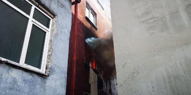 Yangında can pazarı! Çocuklarını atıp ikinci kattan atladı