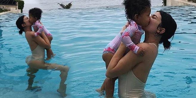 Eleştirileri umursamıyor! Kızıyla havuz pozu