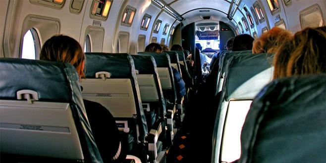 Derin göğüs dekoltesi nedeniyle uçaktan atıldı