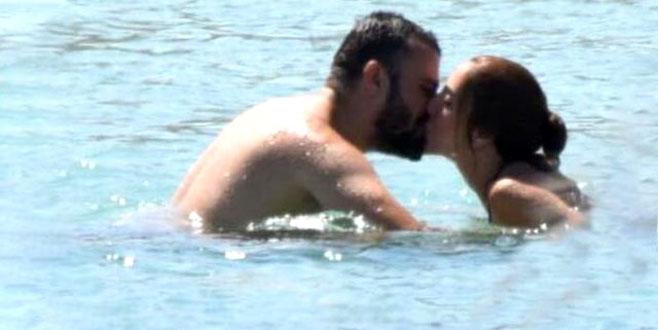 İstanbullu Gelin dizisinin oyuncuları denizde öpüşürken görüntülendi