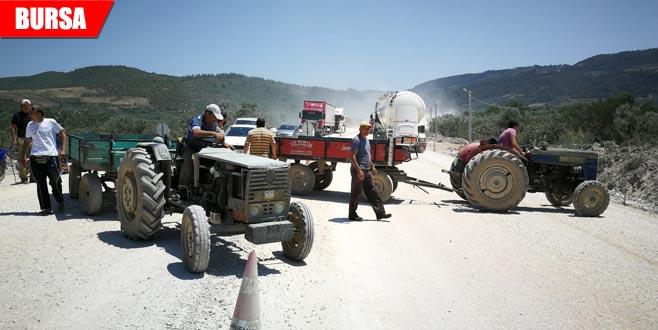 'Bitmeyen yol'a sinirlenen çiftçi yolu kapattı