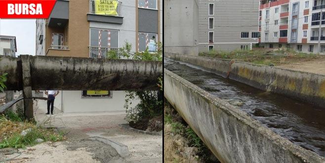 Apartmanlar arasında sulama kanalı