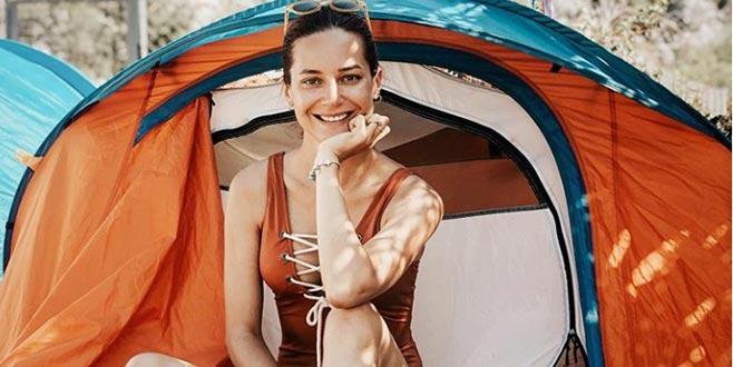 Çadırda tatil yapıyor