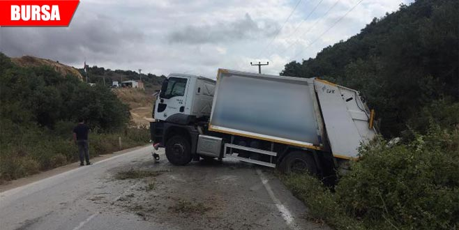 Çöp kamyonu tarlaya girdi