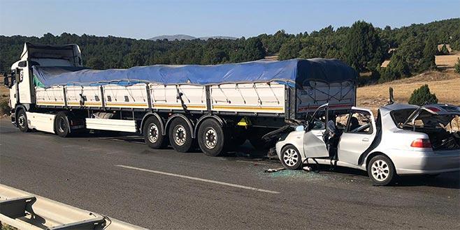 Kütahya'da otomobil TIR'a çarptı: 2 ölü, 4 yaralı