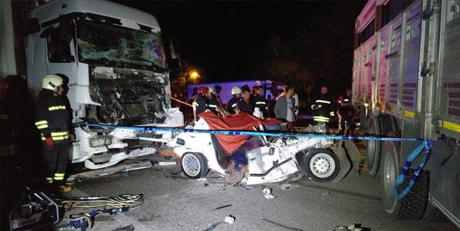 Kamyonun halatla çektiği otomobile TIR çaptı: 3 ölü, 2 yaralı