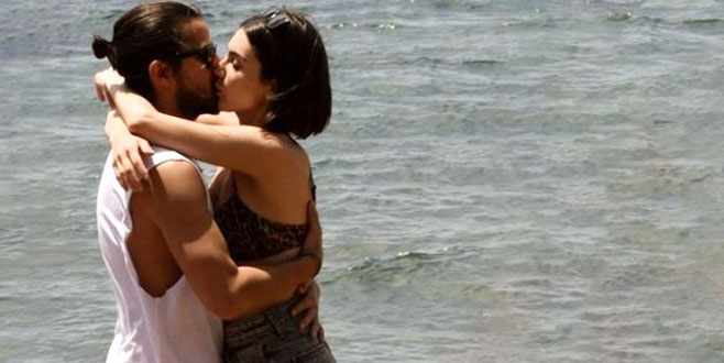 Güzel oyuncu, denizde sevgilisini öpücüklere boğdu