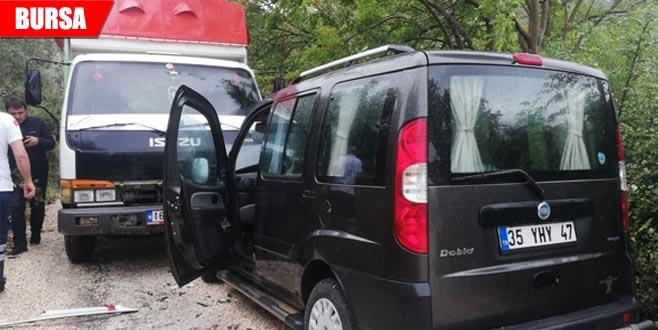 Ticari araç ile kamyon çarpıştı: 6 yaralı
