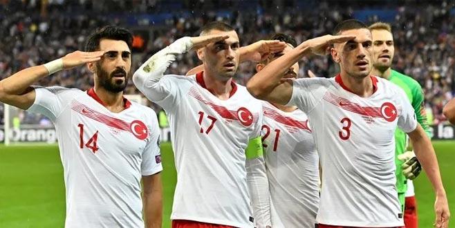 Ünlü şarkıcı sert çıktı! 'Türk milletine karşı…'