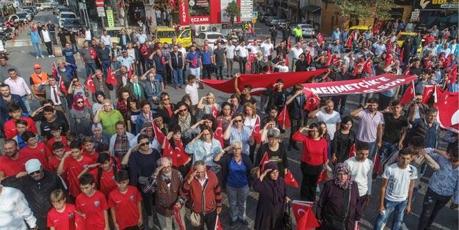 Bursa'da binlerce kişiden Mehmetçiğe asker selamı