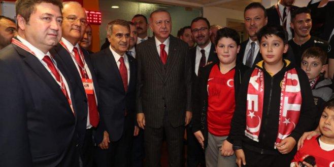 Cumhurbaşkanı Erdoğan Milli Takımı kutladı