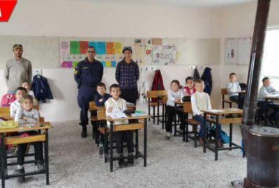 Jandarma eline fırça alıp köy okulunu boyadı