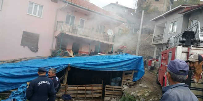 Bursa'da 3 katlı evde yangın