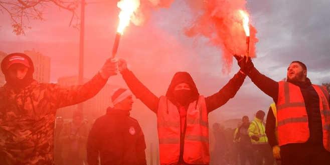 Fransa'da hayat felç oldu! Paris yanıyor…