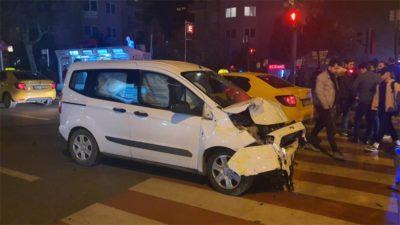 Hızını alamayan kamyonet ticari taksiye çarptı…