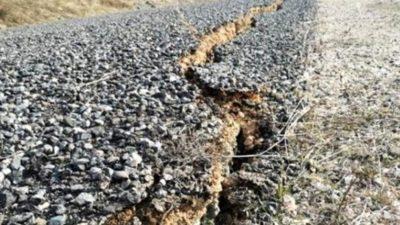 6.8 büyüklüğündeki deprem sonrası Sivrice'deki köy yollarında derin yarıklar oluştu