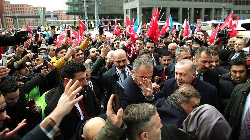 Cumhurbaşkanı Erdoğan Berlin'de sevgi gösterileriyle karşılandı