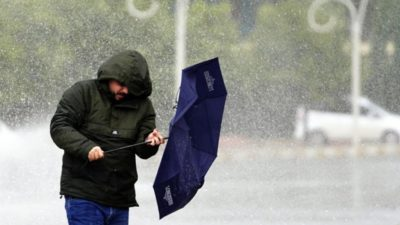 Futbola yağmur engeli
