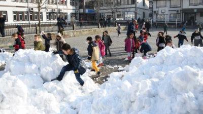 İnegöl Belediyesi öğrenciler için kamyonla kar getirdi