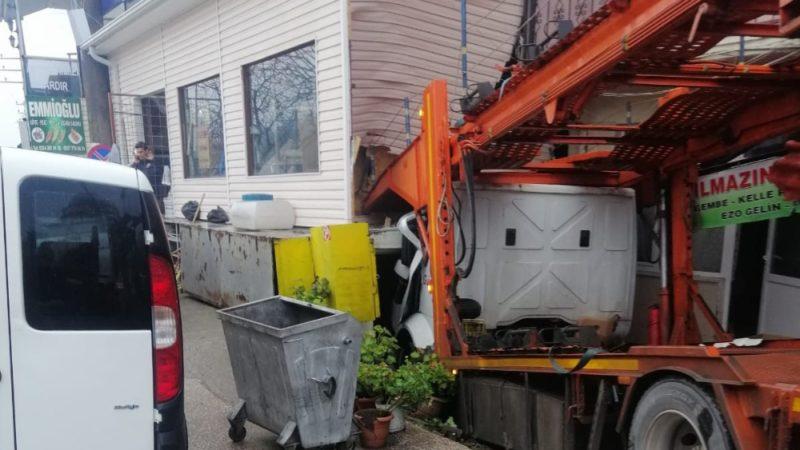 Sürücüsüz TIR garaja bir eve böyle girdi