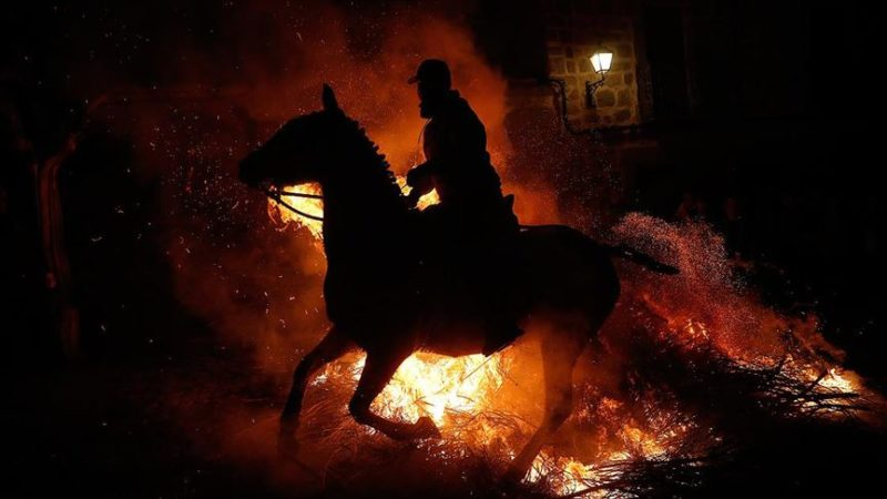 300 yıllık gelenek: Atlar ateş üzerinde yürütüldü