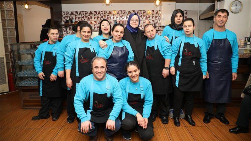 Bakan Zehra Zümrüt Selçuk 'Kafe Down'un 'engel' tanımayan çalışanlarıyla buluştu